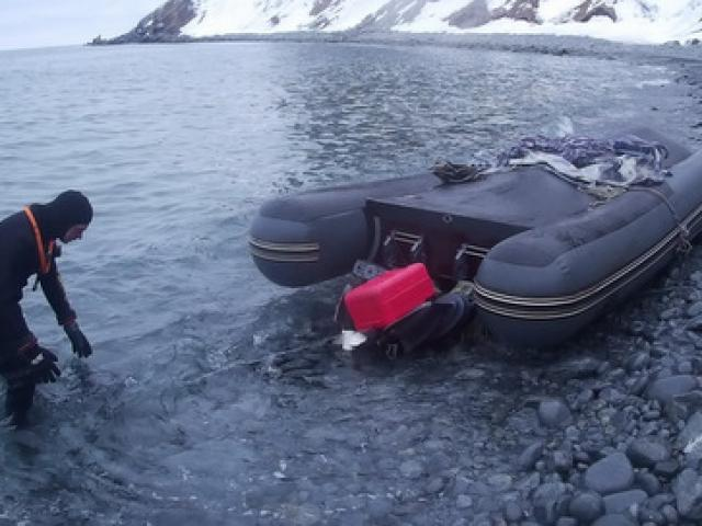 Lật xuồng, dùng xẻng làm mái chèo vượt 150km biển về đất liền suốt 6 ngày