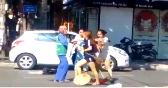 Vụ chị lao công bị đánh vì nhắc nhở xả rác: Gia đình chủ shop xin lỗi - 1