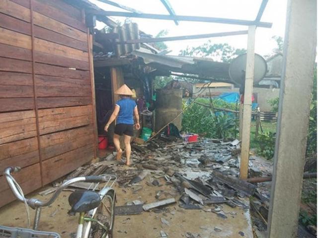 Sau nắng nóng, lốc xoáy kèm mưa đá bất ngờ càn quét 2 tỉnh miền Trung