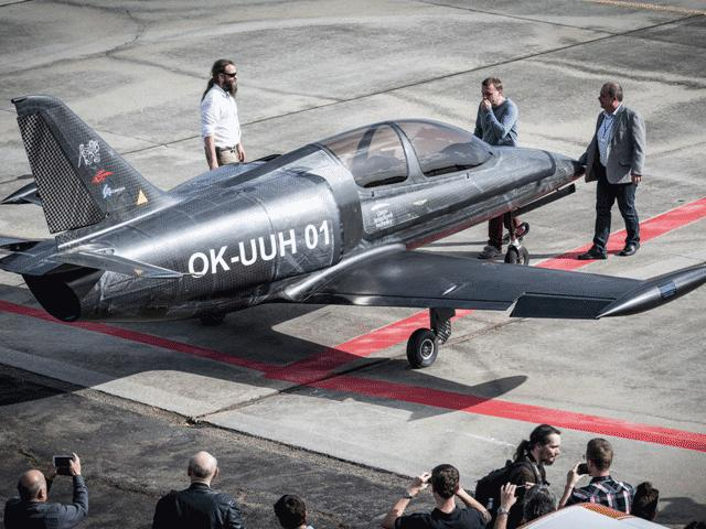 Máy bay huấn luyện chiến đấu nhẹ nhất thế giới có gắn động cơ BMW