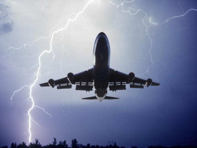 Giật mình khoảnh khắc máy bay bị sét đánh trúng giữa trời
