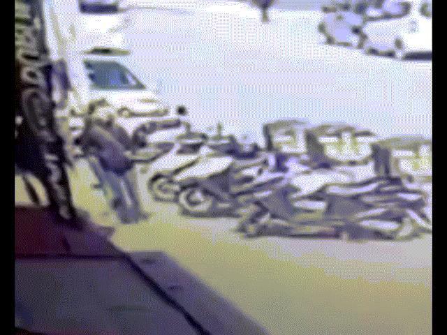 Video: Đang đi bộ, thiếu nữ bị đống gạch từ đâu rơi xuống trúng đầu