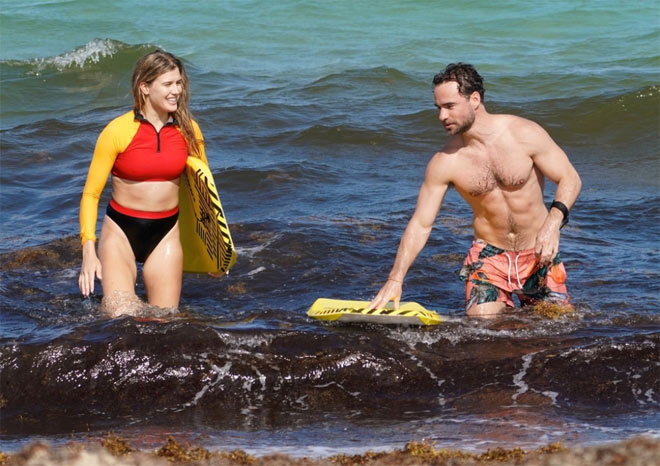 """Mỹ nhân tennis Bouchard diện đồ """"bốc lửa"""", cặp kè trai lạ ở biển - 10"""