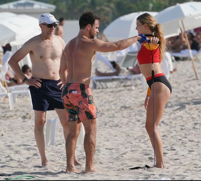 """Mỹ nhân tennis Bouchard diện đồ """"bốc lửa"""", cặp kè trai lạ ở biển - 8"""