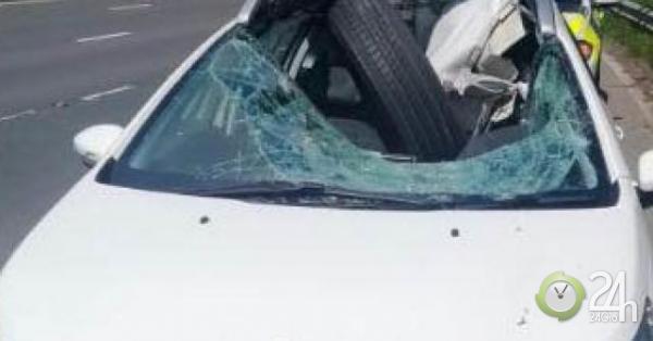 Đang lái ô tô trên đường, lốp xe từ đâu văng tới đâm sập nóc, nát cửa kính