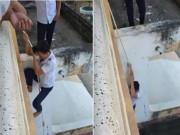 Chán đi cầu thang, nam sinh mạo hiểm đu dây ngoài ban công