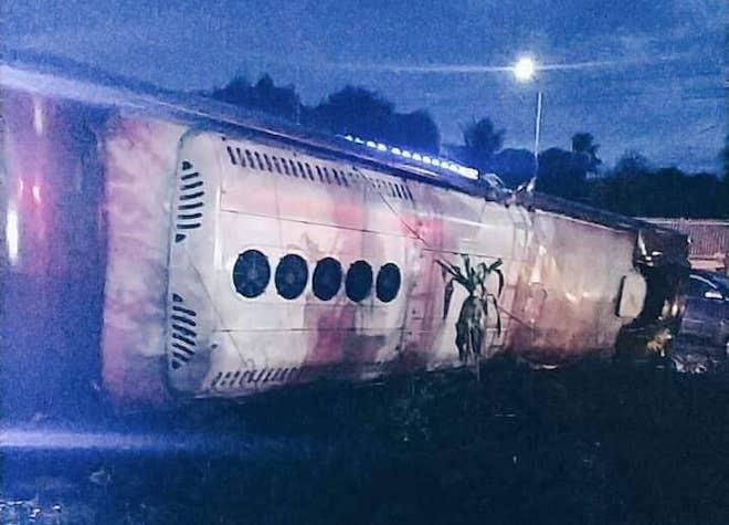 Xe khách mất lái đêm mưa giông, 19 người thương vong - 1