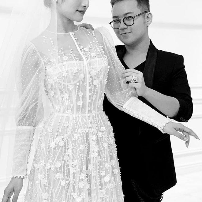 Lộ thiệp cưới ở khách sạn 5 sao của Dương Khắc Linh và bạn gái kém 13 tuổi - 2