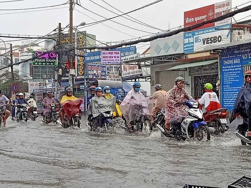 TP.HCM: Khổ sở vì cơn mưa đúng giờ tan tầm - 1