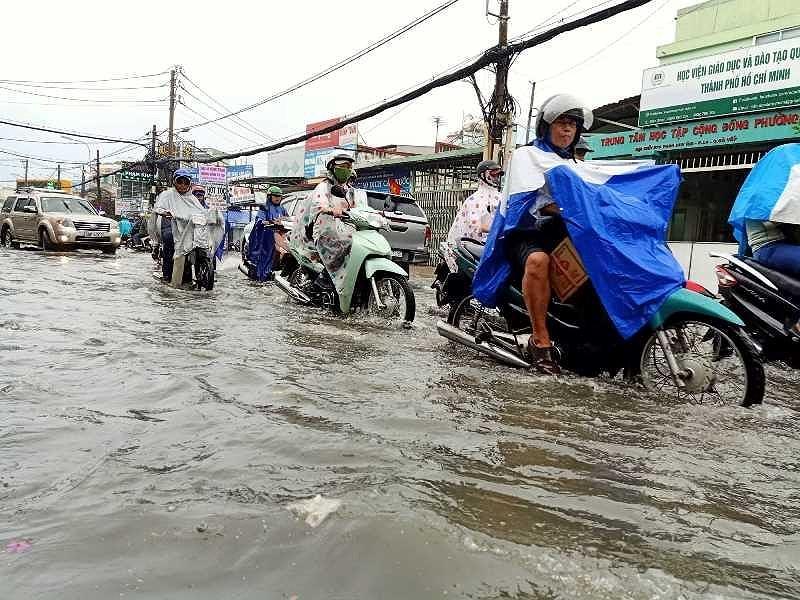 TP.HCM: Khổ sở vì cơn mưa đúng giờ tan tầm - 2