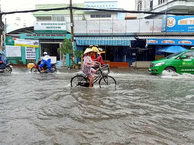 TP.HCM: Khổ sở vì cơn mưa đúng giờ tan tầm - 4