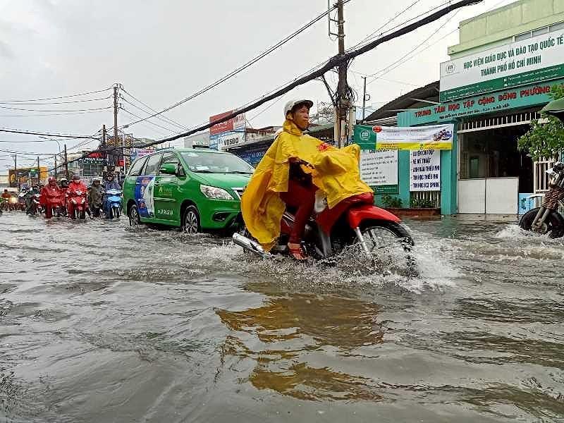 TP.HCM: Khổ sở vì cơn mưa đúng giờ tan tầm - 5