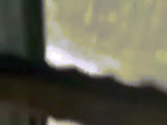 Đang chạy xe, bị thanh sắt dài ngoằng từ đâu lao xuyên kính găm trúng ghế lái xe