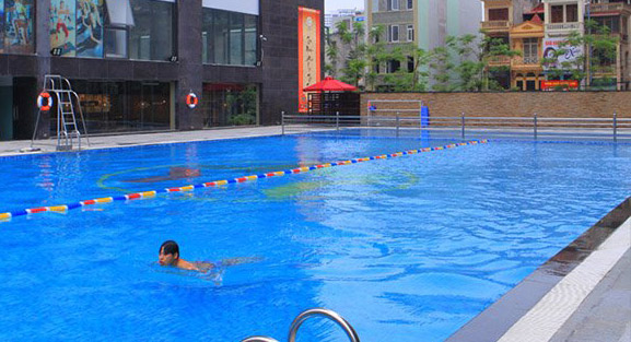 Mỗi bể bơi chứa 60 lít nước tiểu: Nguy cơ viêm tai mũi họng khi đi bơi - 1