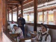 Du khách thích thú đóng vai thí sinh trong phòng thi cổ xưa ở Trung Quốc