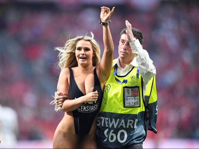 Chung kết Cúp C1 Tottenham - Liverpool: Fan nữ gây náo loạn, lộ điểm nhạy cảm - 10