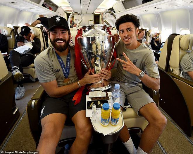 Liverpool rước cúp vô địch Champions League: HLV Klopp rạng rỡ, bùng nổ đại tiệc - 12