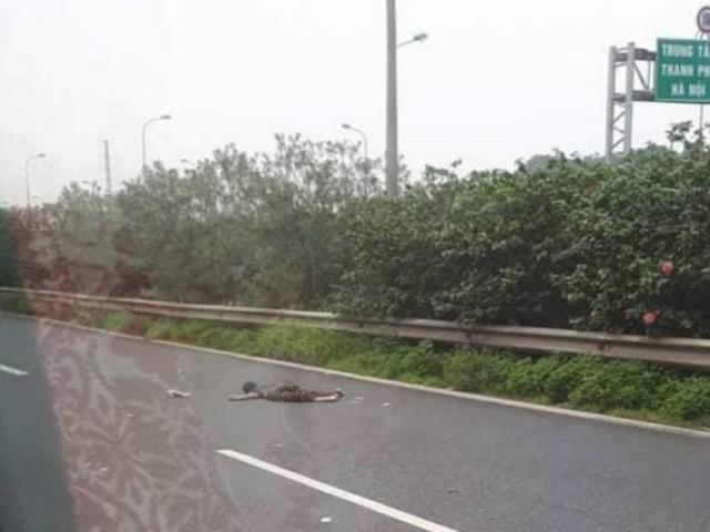 Tin tức trong ngày - Nam thanh niên nhặt rác trên Đại lộ Thăng Long bị ô tô 16 chỗ tông tử vong
