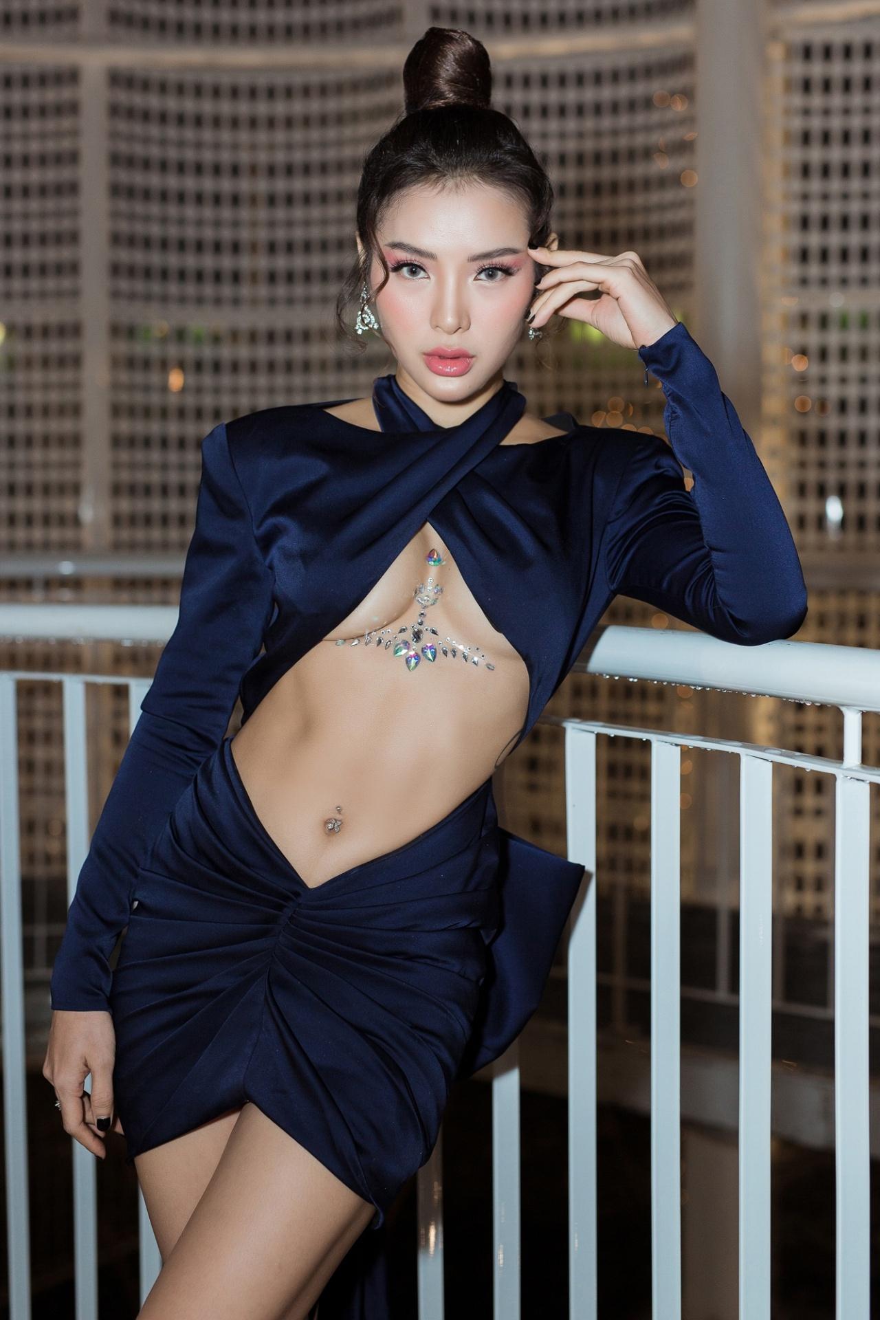 Chi Pu thử mốt váy hở chân ngực - 5