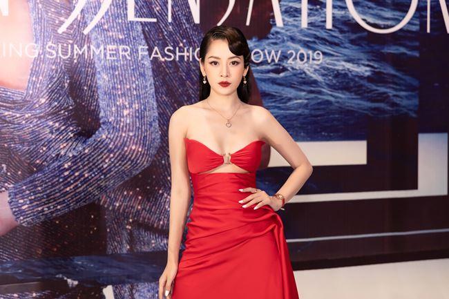 Chi Pu thử mốt váy hở chân ngực - 1