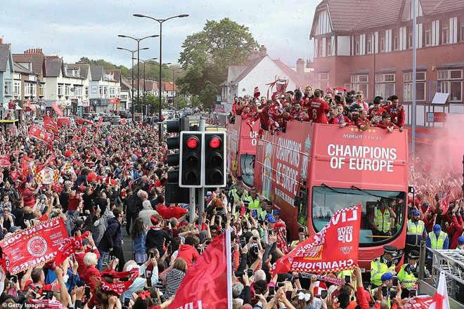 Liverpool rước cúp vô địch Champions League: HLV Klopp rạng rỡ, bùng nổ đại tiệc - 1