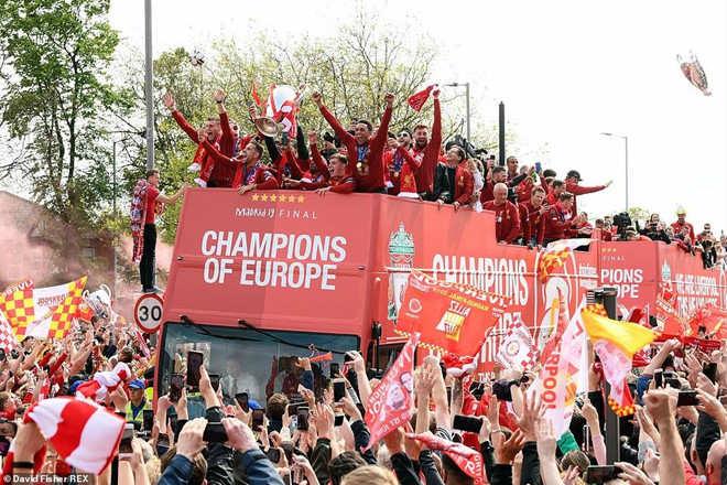Liverpool rước cúp vô địch Champions League: HLV Klopp rạng rỡ, bùng nổ đại tiệc - 3