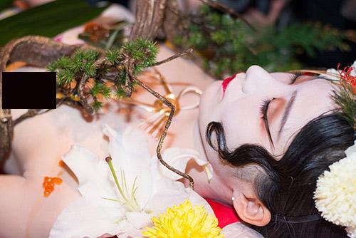 Niềm vui hiếm hoi của các trinh nữ chấp nhận làm mẫu nude bàn tiệc