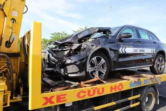 Nam thanh niên lái Mercedes chạy thử gây tai nạn liên hoàn - 1