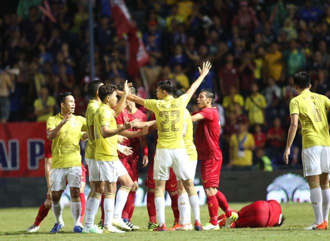 King's Cup: Cầu thủ Thái Lan đánh Văn Hậu - Công Phượng vẫn thoát thẻ đỏ - 1