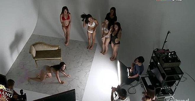 """Những cảnh tạo dáng bikini khêu gợi """"nóng mắt"""" khiến HTV phải giải trình - 7"""