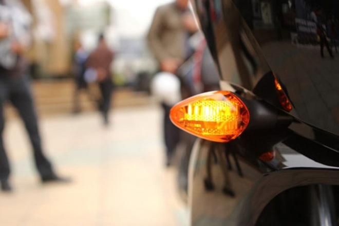 Bạn có biết bật đèn xi nhan khi đỗ xe rất nguy hiểm cho những người đi đường? - 1