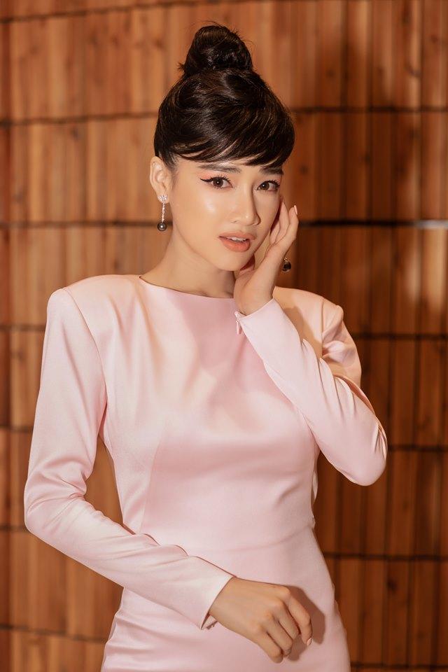 Top đẹp tuần: Nhã Phương vấn tóc Audrey Hepburn, mặc đầm khoét lưng - 1