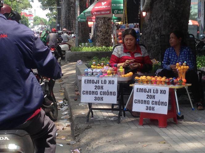"""Thú nhún """"Emoji lò xo"""" lên cơn sốt, bán ngập vỉa hè Sài Gòn - 1"""