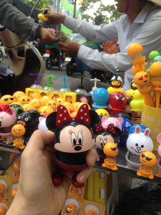 """Thú nhún """"Emoji lò xo"""" lên cơn sốt, bán ngập vỉa hè Sài Gòn - 11"""