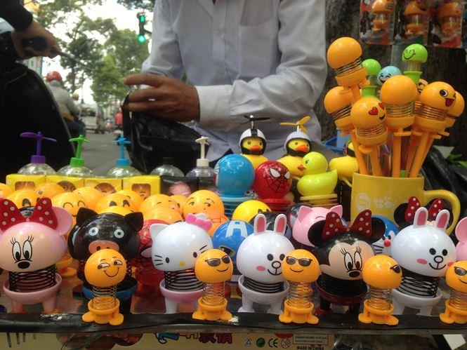 """Thú nhún """"Emoji lò xo"""" lên cơn sốt, bán ngập vỉa hè Sài Gòn - 2"""