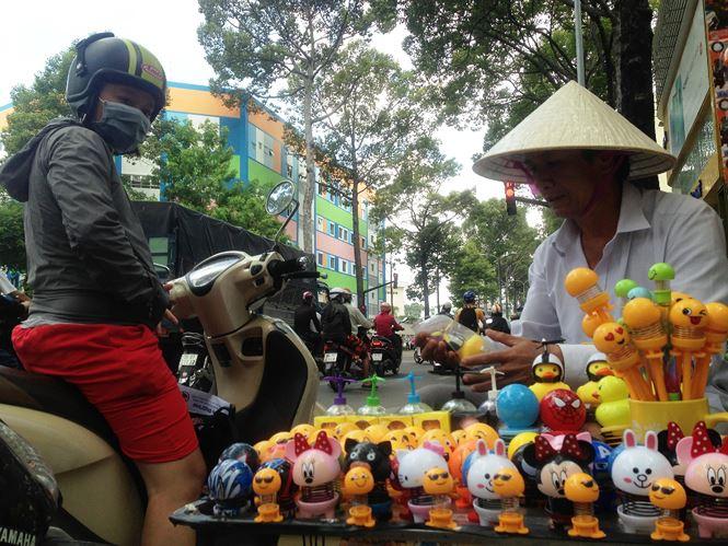 """Thú nhún """"Emoji lò xo"""" lên cơn sốt, bán ngập vỉa hè Sài Gòn - 5"""