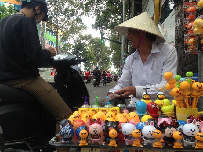 """Thú nhún """"Emoji lò xo"""" lên cơn sốt, bán ngập vỉa hè Sài Gòn - 6"""