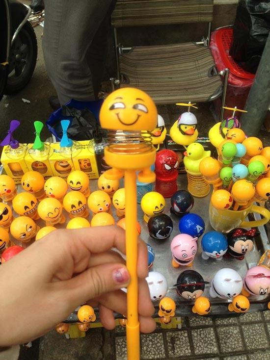 """Thú nhún """"Emoji lò xo"""" lên cơn sốt, bán ngập vỉa hè Sài Gòn - 7"""