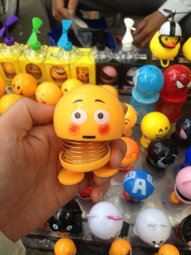 """Thú nhún """"Emoji lò xo"""" lên cơn sốt, bán ngập vỉa hè Sài Gòn - 8"""