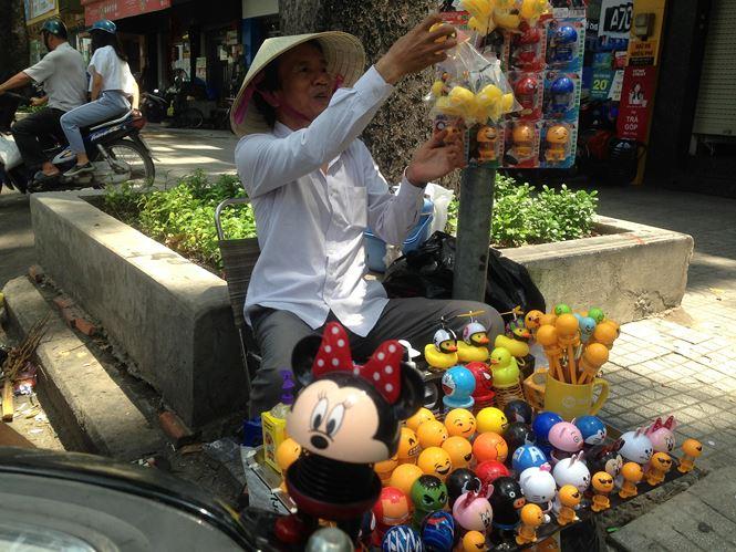 """Thú nhún """"Emoji lò xo"""" lên cơn sốt, bán ngập vỉa hè Sài Gòn - 9"""