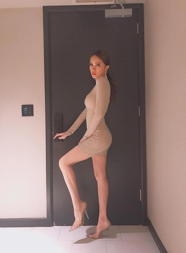 Suýt nhìn nhầm những bộ đồ màu nude của người đẹp Việt - 2