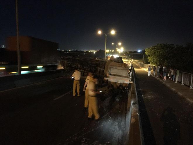 """Xe tải mất lái tại dốc cầu """"tử thần"""" ở Sài Gòn, nhiều người """"đứng tim"""" - 3"""