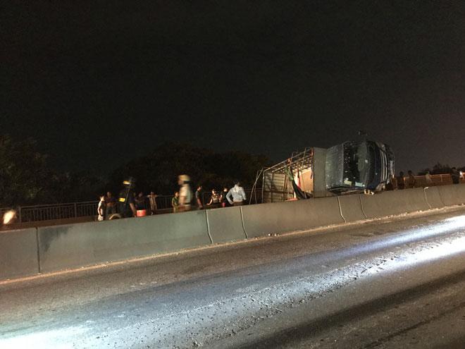 """Xe tải mất lái tại dốc cầu """"tử thần"""" ở Sài Gòn, nhiều người """"đứng tim"""" - 1"""