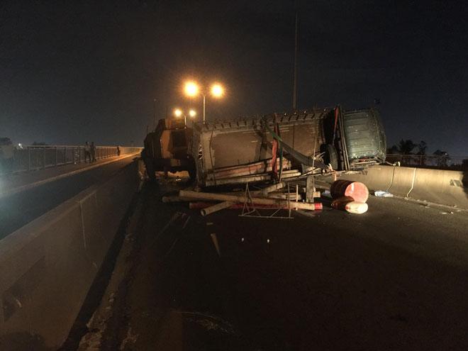 """Xe tải mất lái tại dốc cầu """"tử thần"""" ở Sài Gòn, nhiều người """"đứng tim"""" - 2"""