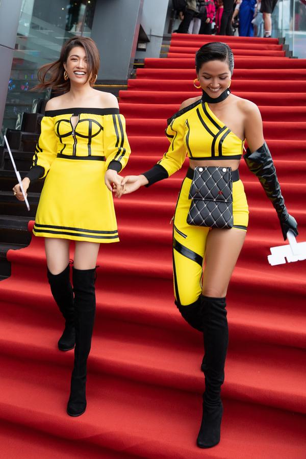 """Mốt quần """"thương binh"""" của H'Hen Niê được Sơn Tùng mặc từ 3 năm trước - 1"""
