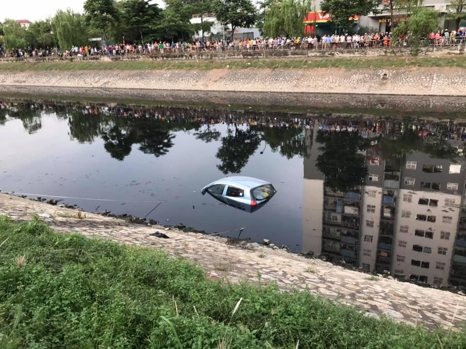 Ô tô không người lái bất ngờ lao xuống sông Tô Lịch - 1