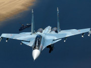 Tiêm kích Su-30SM bất ngờ bung dù hãm giữa lúc nhào lộn trên không trung