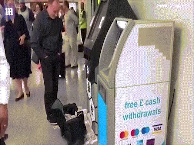 Sốc: Cây ATM phun tiền như mưa giữa chốn đông người