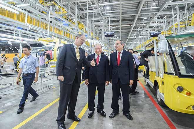 Chủ tịch Phạm Nhật Vượng đích thân cầm lái chở Thủ tướng trên chiếc Vinfast LUX SA2.0 - 4