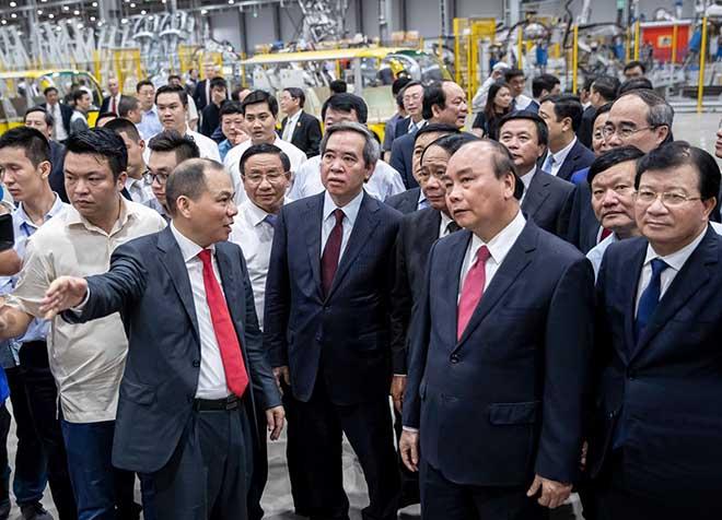 Chủ tịch Phạm Nhật Vượng đích thân cầm lái chở Thủ tướng trên chiếc Vinfast LUX SA2.0 - 3